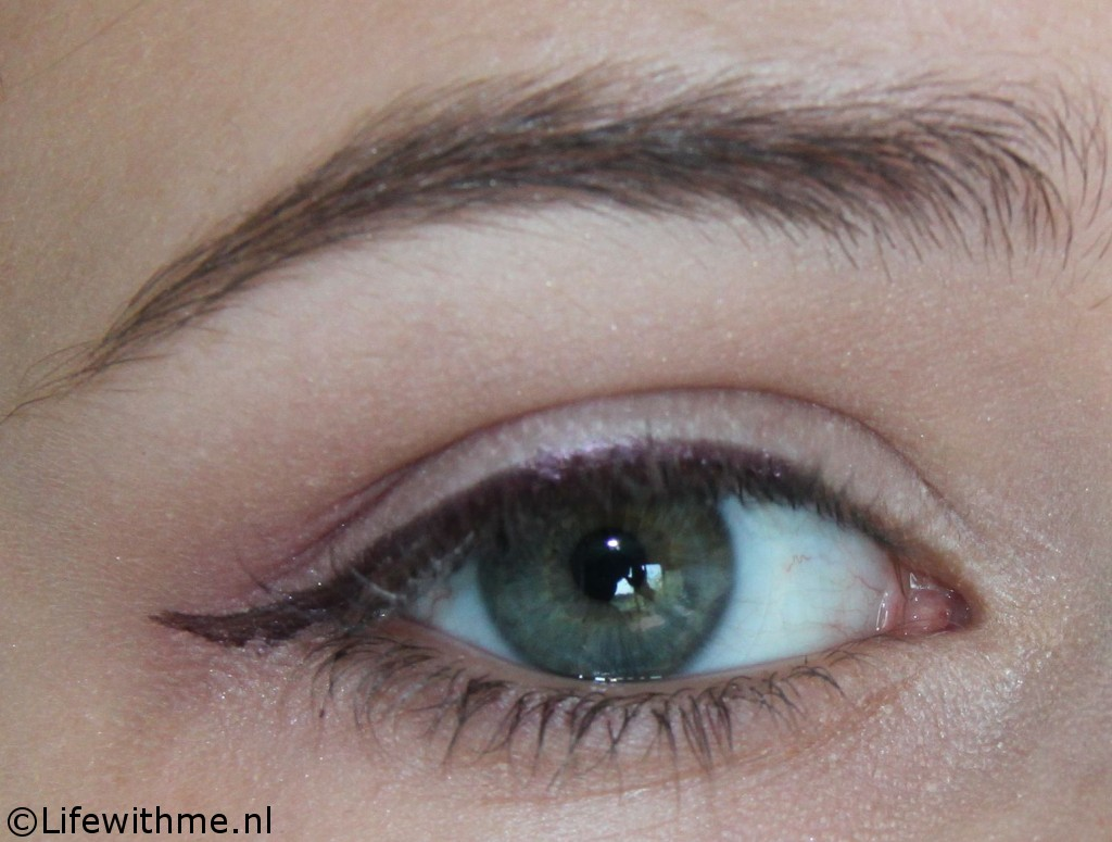 Paarse eyeliner oog zonder mascara