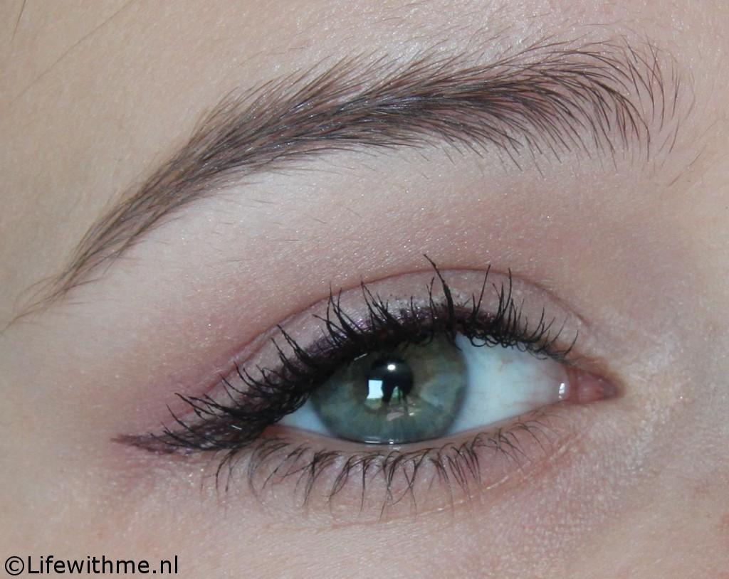 Paarse eyeliner swatch oog