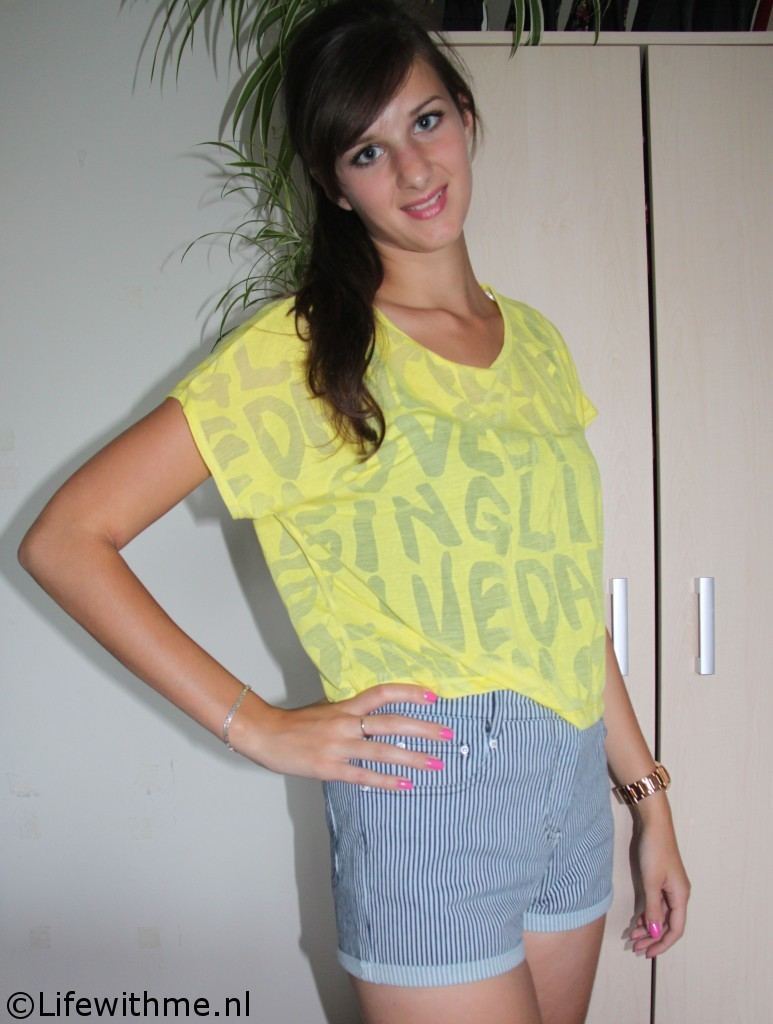 Forever 21 shoplog crop top en high-waisted denin short