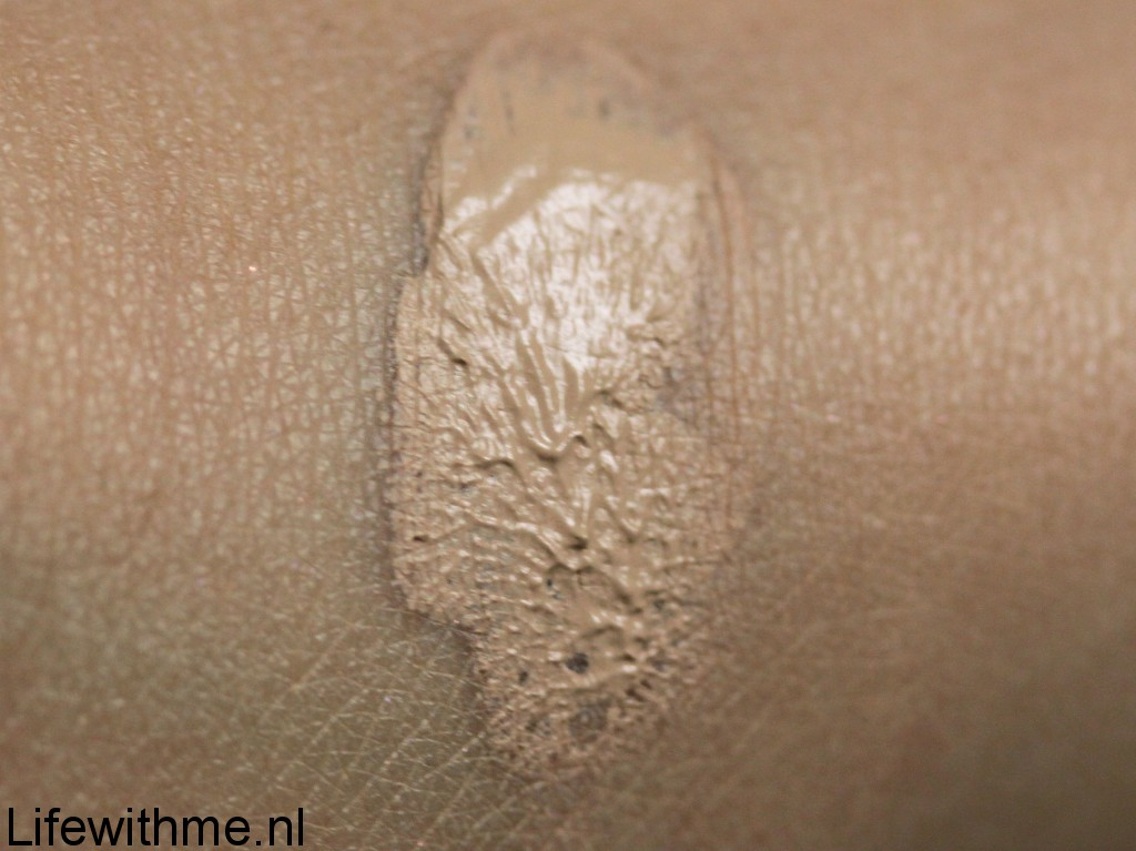 Kat von D lock it concealer swatch
